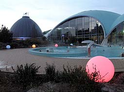Therme Außenanlage - links der Liquid Sound Tempel© Michael Goldschmidt